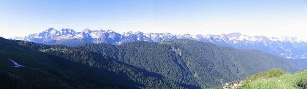слева направо: г. Агепста - Туринные горы - г. Каменный Столб - хр. Аибга